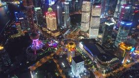 SHANGAI, CHINA - 5 de mayo de 2017 el vídeo aéreo del abejón, noche iluminó el paisaje urbano famoso de Pudong metrajes