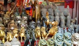 SHANGAI, CHINA - 7 de mayo de 2017 - recuerdos chinos Diversas figuras asiáticas en la tienda de regalos en Shangai Imagen de archivo libre de regalías