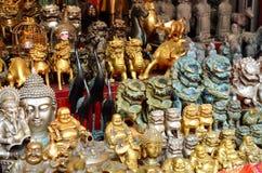 SHANGAI, CHINA - 7 de mayo de 2017 - recuerdos chinos Diversas figuras asiáticas en la tienda de regalos en Shangai Fotografía de archivo