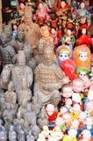 SHANGAI, CHINA - 7 de mayo de 2017 - recuerdos chinos Diversas figuras asiáticas en la tienda de regalos en Shangai Foto de archivo libre de regalías