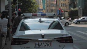 Shangai, China - 20 de octubre de 2018: Luces de emergencia del coche policía que destellan, luz superior del bar y grill, roja y almacen de video
