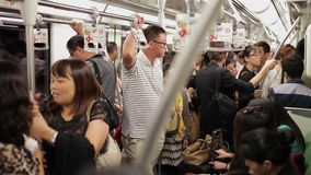SHANGAI, CHINA - 6 de septiembre de 2013: La gente viaja en el subterráneo ocupado durante hora punta de la mañana en Shangai, Ch metrajes