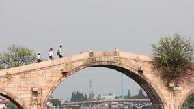 Shangai China 9 de septiembre de 2013, puente hist?rico de Fangsheng en ciudad del agua de Zhujiajiao cerca de Shangai metrajes