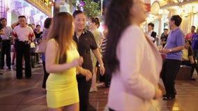 SHANGAI, China 6 de septiembre: Un grupo de mujeres que bailan en el medio de la calle moderna, que hace compras de Nanjing en Sh metrajes