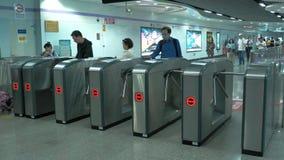 Shangai, China El pueblo chino pasa a través de los torniquetes en el subterráneo almacen de metraje de vídeo