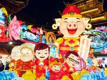 Shangai, China - enero 26, 2019: Festival de linterna en el año chino del cerdo del Año Nuevo, vista nocturna de linternas colori imagen de archivo libre de regalías