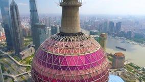 SHANGAI, CHINA - MAY5 2017: Vídeo de la visión aérea, horizonte el río Huangpu, perla de los skycreapers del negocio almacen de metraje de vídeo