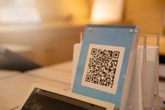 SHANGAI, CHINA - MAYO DE 2018: Pago del código de Qr, compras en línea, concepto cashless de la tecnología Tienda en centro comer foto de archivo