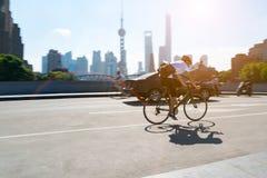 Shangai China septiembre de 2017: el hombre de la bicicleta, el transporte más popular de la ciudad de Shangai Fotos de archivo