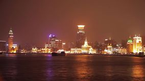 SHANGAI - 19 DE MARZO DE 2018: La vista del terrapl?n de Pudong en la noche, ilumin? brillantemente la vela del barco tur?stico e almacen de metraje de vídeo