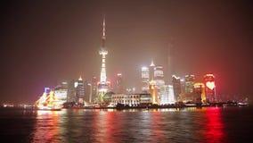 SHANGAI - 19 DE MARZO DE 2018: La vista del terrapl?n de Pudong en la noche, ilumin? brillantemente la vela del barco tur?stico e metrajes