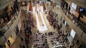 SHANGAI - 6 DE SEPTIEMBRE: Opini?n el desfile de moda en interior del mal que hace compras, el 6 de septiembre de 2013, ciudad de almacen de video