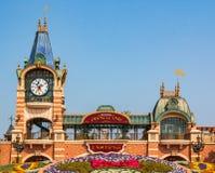 Shangai Disneyland es un turista famoso y un destino popular del día de fiesta de la familia en China imagen de archivo libre de regalías