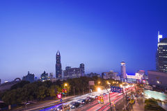 Shangai en el edificio de la noche fotos de archivo libres de regalías
