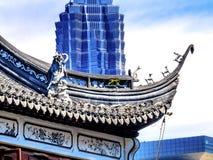 Shangai jardín viejo y nuevo de China de Jin Mao Tower y de Yuyuan Imagen de archivo