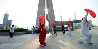 Shangai Tai Chi con la fan Fotos de archivo