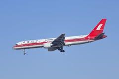 Shanghai Airlines Boeing 757, landning B-2843 i Peking, Kina Arkivfoto