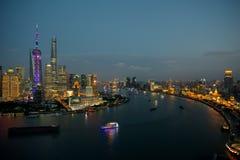 Shanghai alla notte - l'area finanziaria di Bund, del fiume Huangpu e di Lujiazui Fotografia Stock