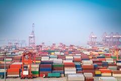 Shanghai behållareport i morgondimma fotografering för bildbyråer