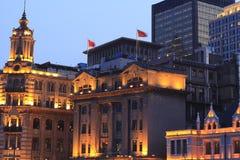 Shanghai Bund på skymningcityscape av gammala byggnader och den moderna bågen Fotografering för Bildbyråer