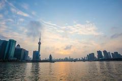 Shanghai bund på solnedgången Arkivfoton
