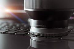 SHANGHAI, CHINA - APRIL 2018: de mirrorless lens van Sony A7 RII Optisch Regelmatig die Schot van Sony-camera met macrolens voor  stock afbeelding