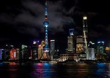 Shanghai, China - 22. August 2017: Eine Nachtansicht des skyscrape Lizenzfreies Stockfoto