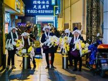 SHANGHAI, CHINA - 12 BRENG 2019 in de war – Straatventers verkoopt Pokemon-koopwaar langs Road van Nanjing van het Oosten de voet stock fotografie