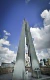 Shanghai, China - 6 de agosto de 2011: monumento com backgrou da skyline Fotografia de Stock Royalty Free