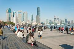 SHANGHAI, CHINA - 21 DE JANEIRO DE 2017: Turista que pendura para fora no b Fotos de Stock Royalty Free