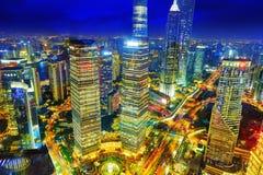 SHANGHAI, CHINA - 24 DE MAIO DE 2015: Arranha-céus bonitos e do escritório fotografia de stock royalty free