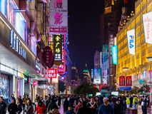 SHANGHAI, CHINA - 12 DE MARÇO DE 2019 - opinião de /Evening da noite os clientes ao longo da rua pedestre aglomerada na estrada d imagens de stock