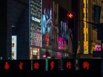 """SHANGHAI, CHINA - 12 DE MARÇO DE 2019 – signage chinês que indica as palavras de """"rua pedestre da estrada Nanjing"""" ao longo de Na fotos de stock"""
