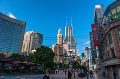 Shanghai, China - 5 de novembro de 2017: Rua da compra na estrada de Nanjing A estrada de Nanjing é a rua principal da compra em  imagens de stock royalty free