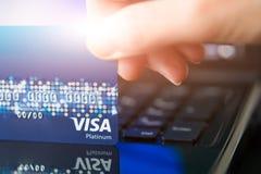 SHANGHAI, CHINA - EM ABRIL DE 2018: Cartão de crédito do VISTO o conceito da vida da compra da conveniência fotografia de stock