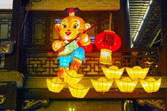 Shanghai, China - Februari 2, 2016: Lantaarnfestival in het Chinese Nieuwjaar (Aapjaar) Stock Afbeeldingen
