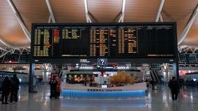 Shanghai, China - Februari 22, 2019: Vertrekzaal van de Internationale Luchthaven van Pudong, tijdschemaraad met vlucht stock video