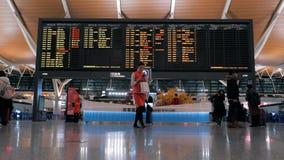 Shanghai, China - Februari 22, 2019: Vertrekzaal van de Internationale Luchthaven van Pudong, tijdschemaraad met vlucht stock videobeelden