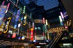 SHANGHAI CHINA, IM APRIL 2018: Restaurantanschlagtafelfarbe und Neonbeleuchtung an Caobao-Einkaufszentrum mit Beschaffenheitsglas Lizenzfreie Stockfotos