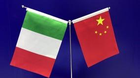 21 09 2018 Shanghai, China - italiana e bandeiras chinesas que acenam em um fundo azul