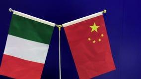 19-09-2018 Shanghai, China - italiana e bandeiras chinesas que vawing em um fundo azul