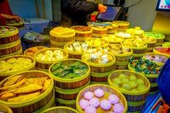 SHANGHAI, CHINA - 29 JANUARI, 2017: Foodmarket binnen het Franse populaire concessiedistrict wordt gevestigd van Shanghai dat, Stock Foto