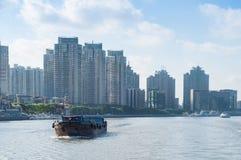 SHANGHAI, CHINA - JUNI 4,2017: Frachtschiffe im Huangpu-Fluss, SH Lizenzfreie Stockbilder