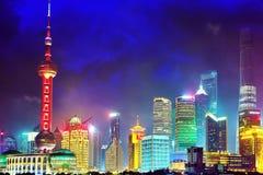 SHANGHAI, CHINA - 24. MAI 2015: Skylinenachtansicht von Promenade wat lizenzfreie stockfotos