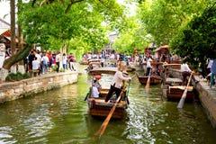 Shanghai, China - Mai 2019: Traditionelle touristische Boote Chinas auf Kan?len alter Stadt Shanghais Zhujiajiao in Shanghai, Chi lizenzfreies stockfoto