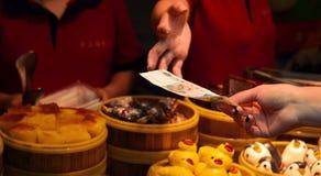 SHANGHAI, CHINA - 7. MAI 2017: Zahlen Sie für Lebensmittel im Gastronomiebereich am touristischen Markt in Yuyuan-Garten Shanghai Stockbilder