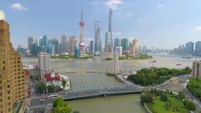 SHANGHAI, CHINA - MEI 5, 2017: Luchtmeningsvideo, de rivierbrug van Huangpu van de bedrijfsskycreapershorizon stock footage