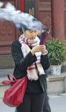 SHANGHAI.CHINA - NOV. 15,2013. Женщина в буддийском виске стоковые фото