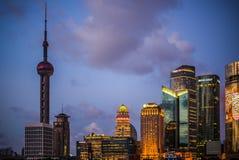 SHANGHAI, CHINA: Pudong-Bezirksansicht vom Promenadenufergegendbereich stockbilder
