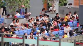 Shanghai, China - 11 Sep, 2013: De mensen reizen bij het station van Shanghai Hongqiao in Shanghai China stock video